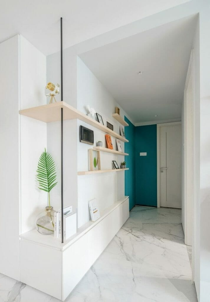 The corridor leading to the bedrooms and toilets is renovated into a long shelf on one side of the wall so that furniture can be placed.
