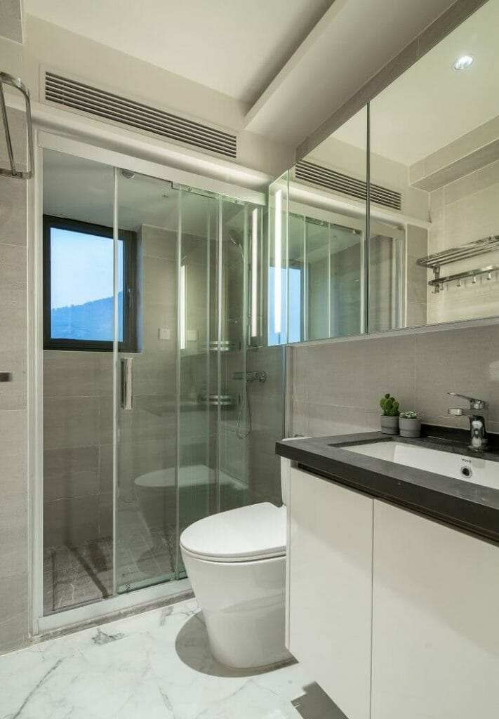 Toilets use white tones full of sanitary equipment and touch cabinets and glass partitions