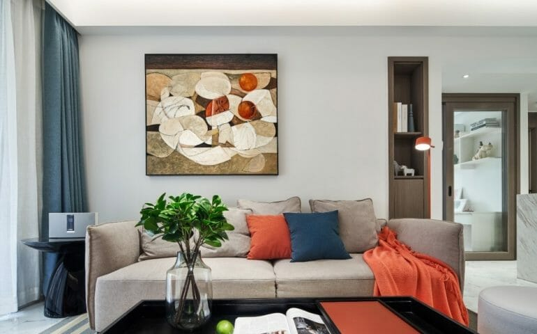 The living room uses Nordic style sofa sets combined with wall paintings