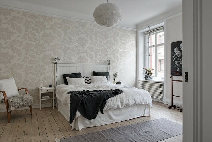 Bedrooms with large beds use white sheets