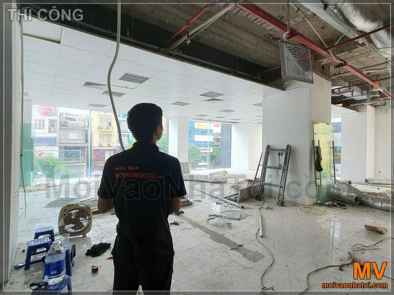 Construction of plaster ceiling with floating skeleton for offices